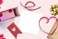 Feuille vide de livre blanc avec la tasse de cadeau et de café Moquerie d'espace de travail  Photos stock