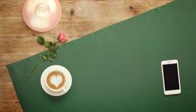 Feuille vide de livre blanc avec la tasse de cadeau et de café Moquerie d'espace de travail  Photos libres de droits
