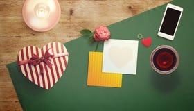 Feuille vide de livre blanc avec la tasse de cadeau et de café Moquerie d'espace de travail  Photo stock