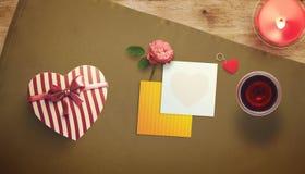 Feuille vide de livre blanc avec la tasse de cadeau et de café Moquerie d'espace de travail  Image stock