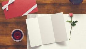 Feuille vide de livre blanc avec la tasse de cadeau et de café Moquerie d'espace de travail  Photographie stock