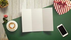 Feuille vide de livre blanc avec la tasse de cadeau et de café Moquerie d'espace de travail  Image libre de droits