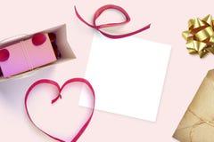 Feuille vide de livre blanc avec le cadeau Moquerie d'espace de travail  Image libre de droits