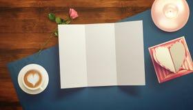 Feuille vide de livre blanc avec le cadeau Moquerie d'espace de travail  Photographie stock libre de droits