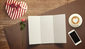 Feuille vide de livre blanc avec le cadeau Moquerie d'espace de travail  Photos libres de droits