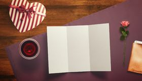 Feuille vide de livre blanc avec le cadeau Moquerie d'espace de travail  Images libres de droits