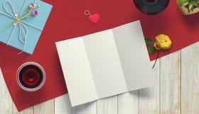 Feuille vide de livre blanc avec le cadeau Moquerie d'espace de travail  Photo stock