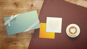 Feuille vide de livre blanc avec le cadeau Moquerie d'espace de travail  Photo libre de droits