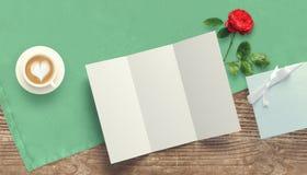 Feuille vide de livre blanc avec le cadeau Moquerie d'espace de travail  Photos stock
