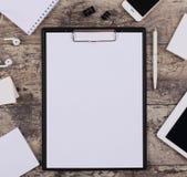 Feuille vide de livre blanc dans un dossier d'agrafe Photographie stock