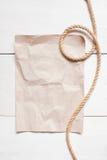 Feuille vide de papier et de corde sur la table blanche Images stock