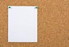 Feuille vide sur un corkboard Image stock
