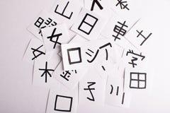 Feuilles avec beaucoup de kanji de caractères de langue chinoise et japonaise avec la traduction principale de la Russie de mot - photo libre de droits