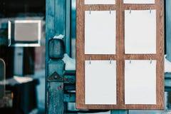 Feuilles blanches sur un conseil en bois Images libres de droits
