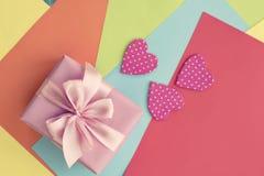 Feuilles colorées du coeur décoratif Valentine&#x27 de papier ; rose d'arc de satin de ruban de boîte-cadeau de jour de s photographie stock libre de droits