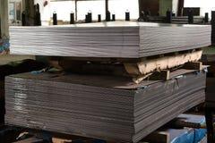 Feuilles d'acier inoxydable déposées dans les piles Photos stock