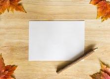 Feuilles d'automne au-dessus de fond en bois avec l'espace de copie Photo stock
