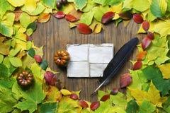 Feuilles d'automne dans la forme du coeur sur la table en bois Photographie stock libre de droits