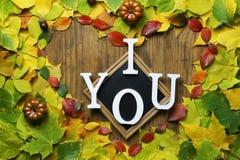 Feuilles d'automne dans la forme du coeur sur la table en bois Images libres de droits