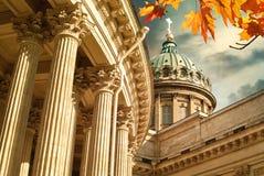 Feuilles d'automne et cathédrale de Kazan à St Petersburg, Russie Photos stock