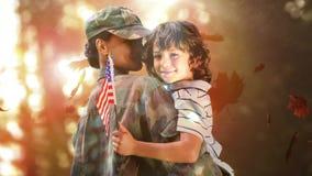 Feuilles d'automne et soldat en baisse de famille étreignant son enfant banque de vidéos