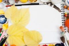Feuilles d'automne jaunes sur la configuration vide d'appartement de carnet à dessins Image libre de droits