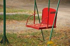 Feuilles d'automne sur la vieille oscillation Photos stock