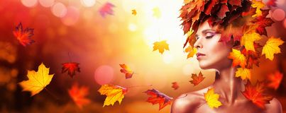 Feuilles d'Autumn Beautiful Woman With Falling au-dessus de nature Backgroun image libre de droits