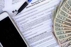 Feuilles d'impôt et argent de recettes publiques Photo stock