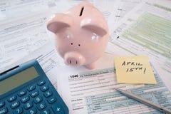 Feuilles d'impôt d'IRS avec la tirelire photo libre de droits