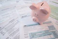 Feuilles d'impôt d'IRS avec la tirelire photographie stock