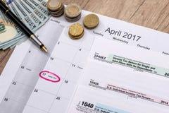 2017 feuilles d'impôt avec le stylo et les dollars Photos stock