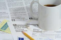 Feuilles d'impôt des USA IRS avec du café Photographie stock libre de droits