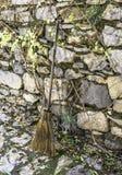 Feuilles de balayage avec le balai sur les pavés Image stock