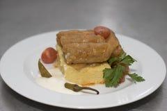 Feuilles de chou bourré avec le polenta Images stock