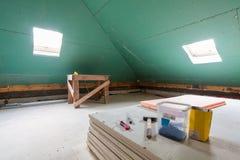 Feuilles de cloison sèche, pièces d'échafaudage, outils de poignée et matériau de construction dans la chambre de l'appartement p Photo libre de droits
