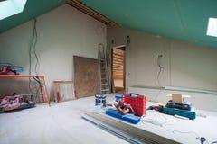 Feuilles de cloison sèche, pièces d'échafaudage, outils de poignée et matériau de construction dans la chambre de l'appartement p Photos libres de droits
