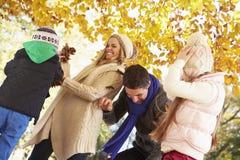 Feuilles de lancement de famille en Autumn Garden Photos stock