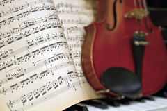 Feuilles de musique avec le piano de violon de tache floue Photos stock