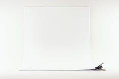 Feuilles de papier attachées par un clip de cahier photos stock