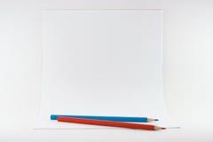 Feuilles de papier avec des crayons photographie stock libre de droits