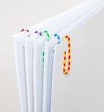 Feuilles de papier blanches avec les trombones Image stock