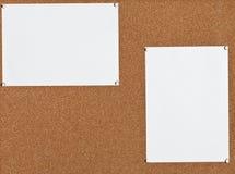 Feuilles de papier blanches sur le panneau de liège Images stock