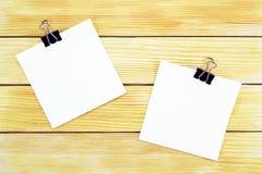 Feuilles de papier blanches sur un fond des lamelles en bois Photographie stock