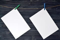 Feuilles de papier blanches sur un mur en bois Image stock