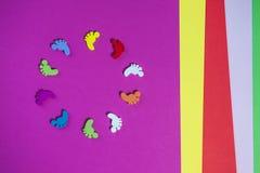 Feuilles de papier colorées, faites main, empreintes de pas en cercle Photographie stock