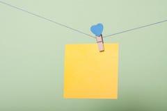 Feuilles de papier dans le fil Photographie stock