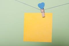 Feuilles de papier dans le fil Images stock