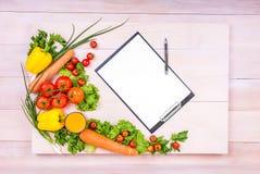 Feuilles de papier en gros plan sur un fond en bois Tomates et carottes rouges de Dlicious Laitue saine, persil, oignons Photos stock