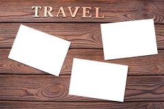 Feuilles de papier de photo sur le fond d'une table en bois images libres de droits